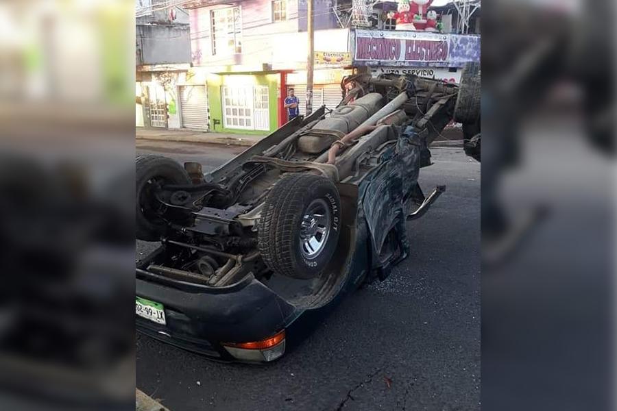 Tripulante abandona vehículo volcado en Xalapa