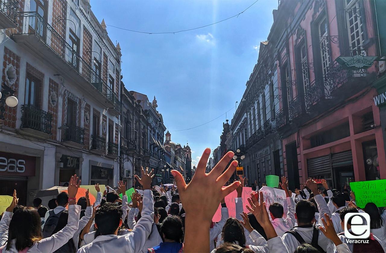 Universitarios de Xalapa de suman al movimiento #NiUnaBataMenos