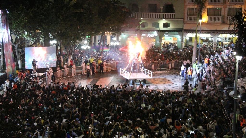 """Carnaval de Veracruz 2016 inició con la quema de """"Chikungunya"""""""