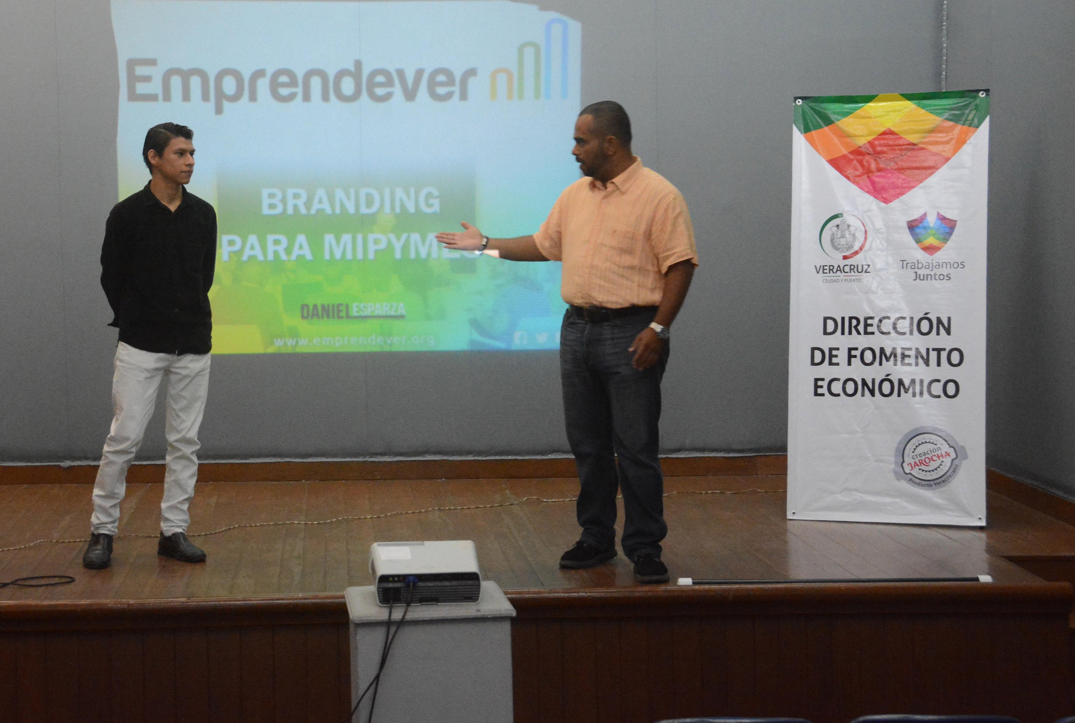 """Emprendedores reciben charla sobre """"Branding para MyPYMES"""""""