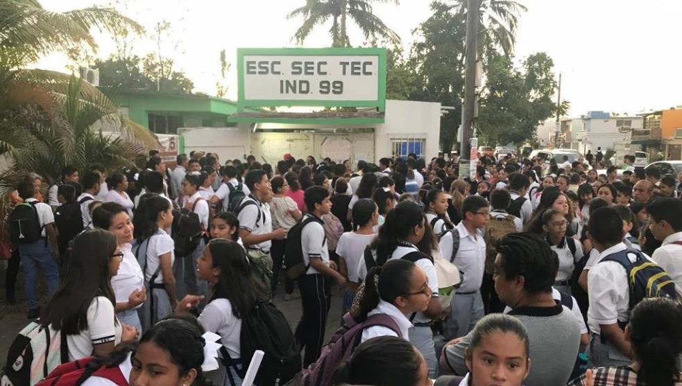 Padres de familia toman escuela por falta de maestros en Boca del Río