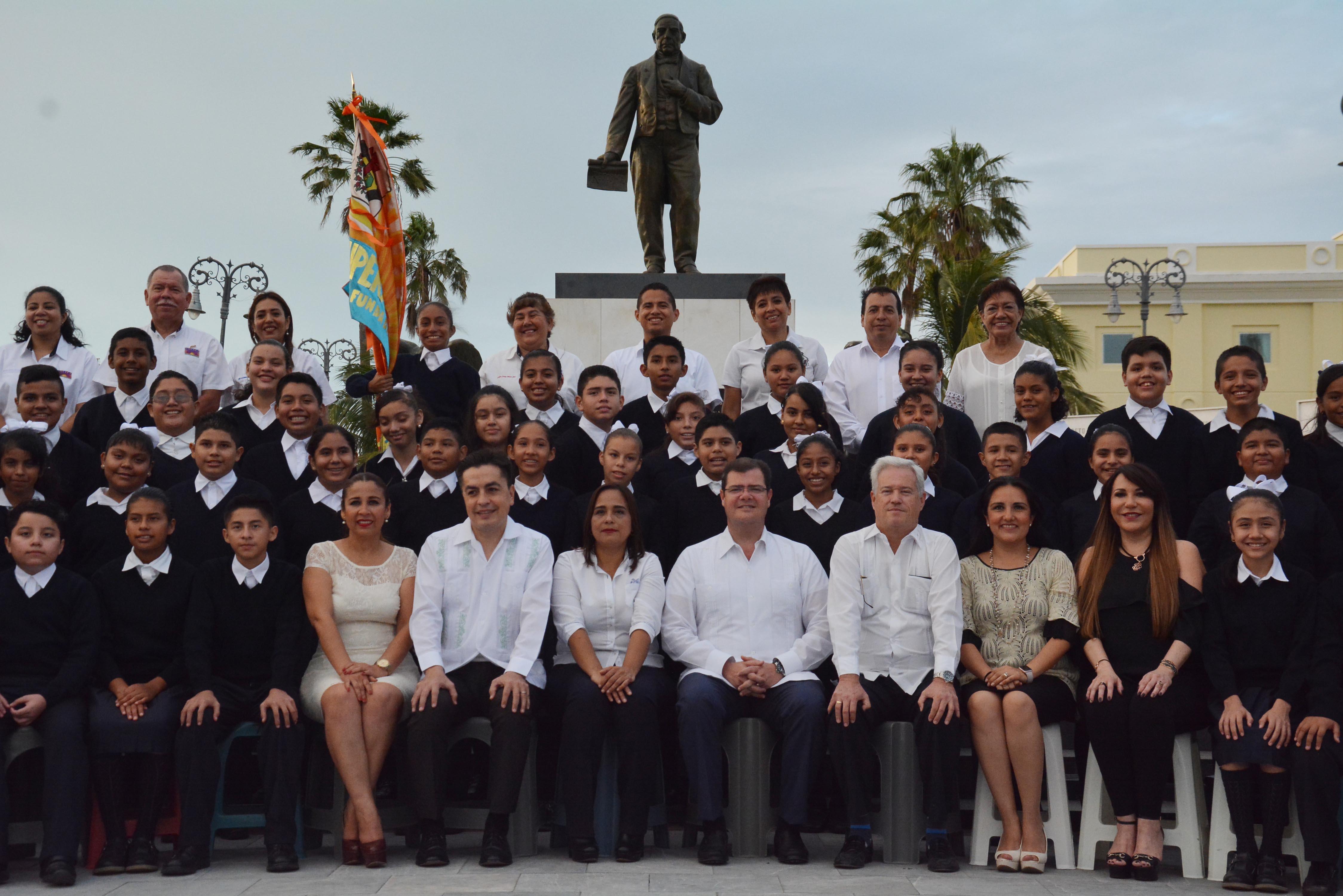 Toman fotografía oficial del alcalde Ramón Poo con niñas y niños de la Superación Ciudadana 2017