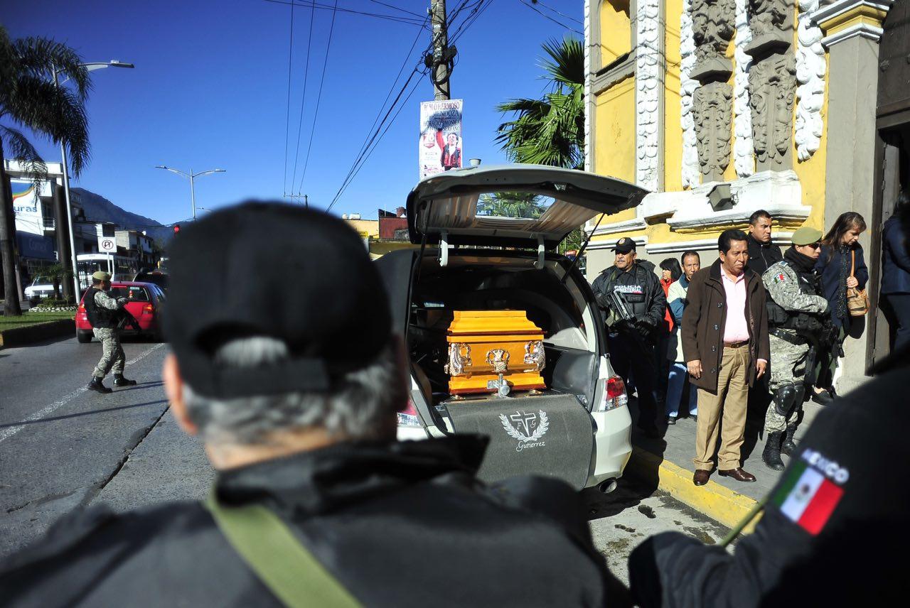 Bajo resguardo policiaco, dan último adiós a Anabel Flores