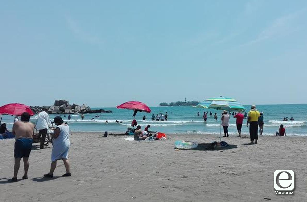 En Boca del Río invitan a bañistas a retirarse de las playas