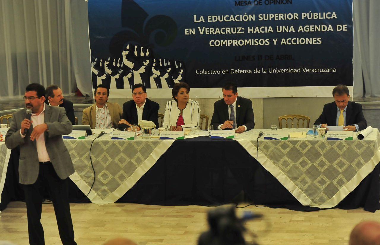 Mesa de diálogo #EnDefensadelaUV con candidatos a gobernador