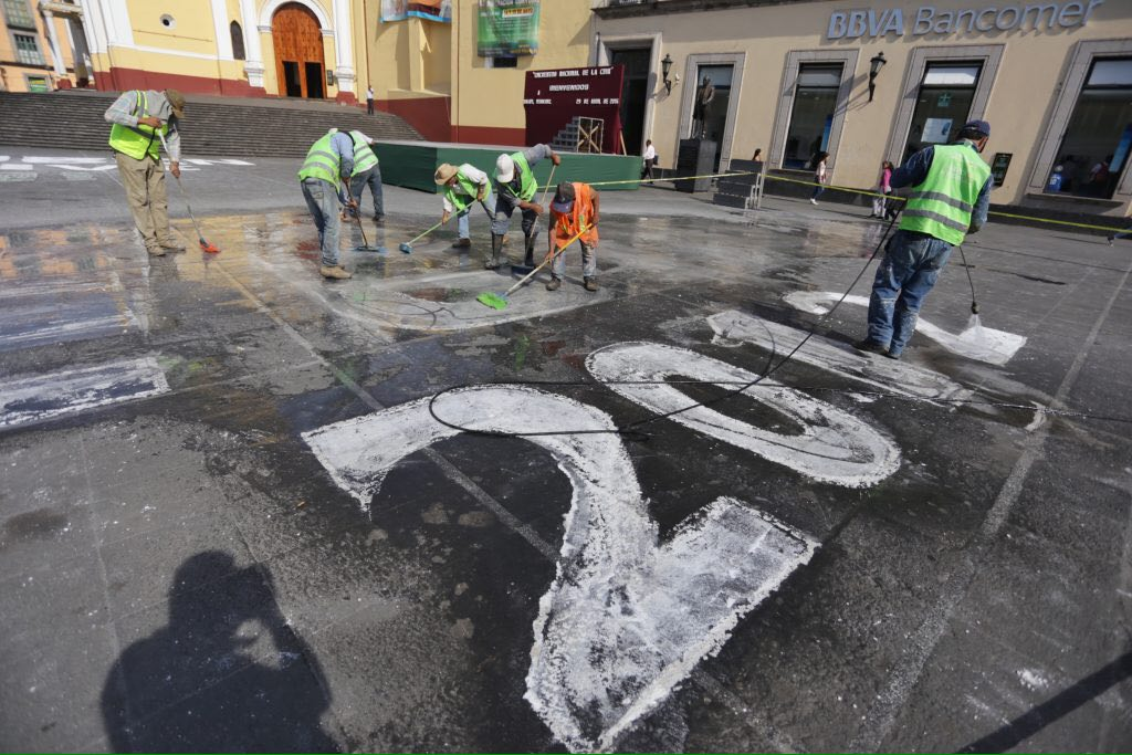 Ayuntamiento de Xalapa retira placa de Regina Martínez