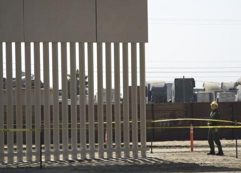 Avanza la construcción de los prototipos del muro