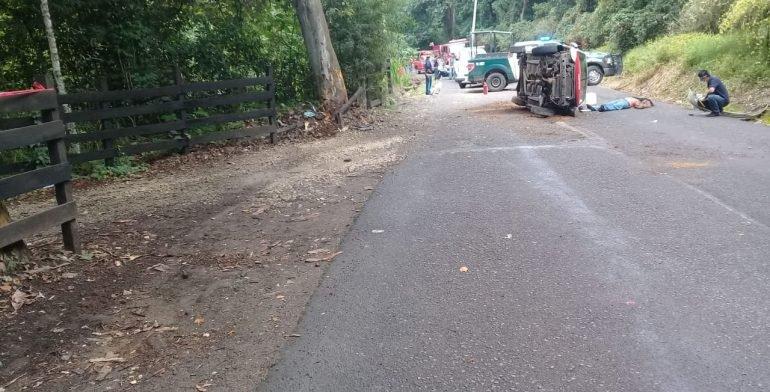 Dos muertos tras volcadura en la carretera a Consolapa