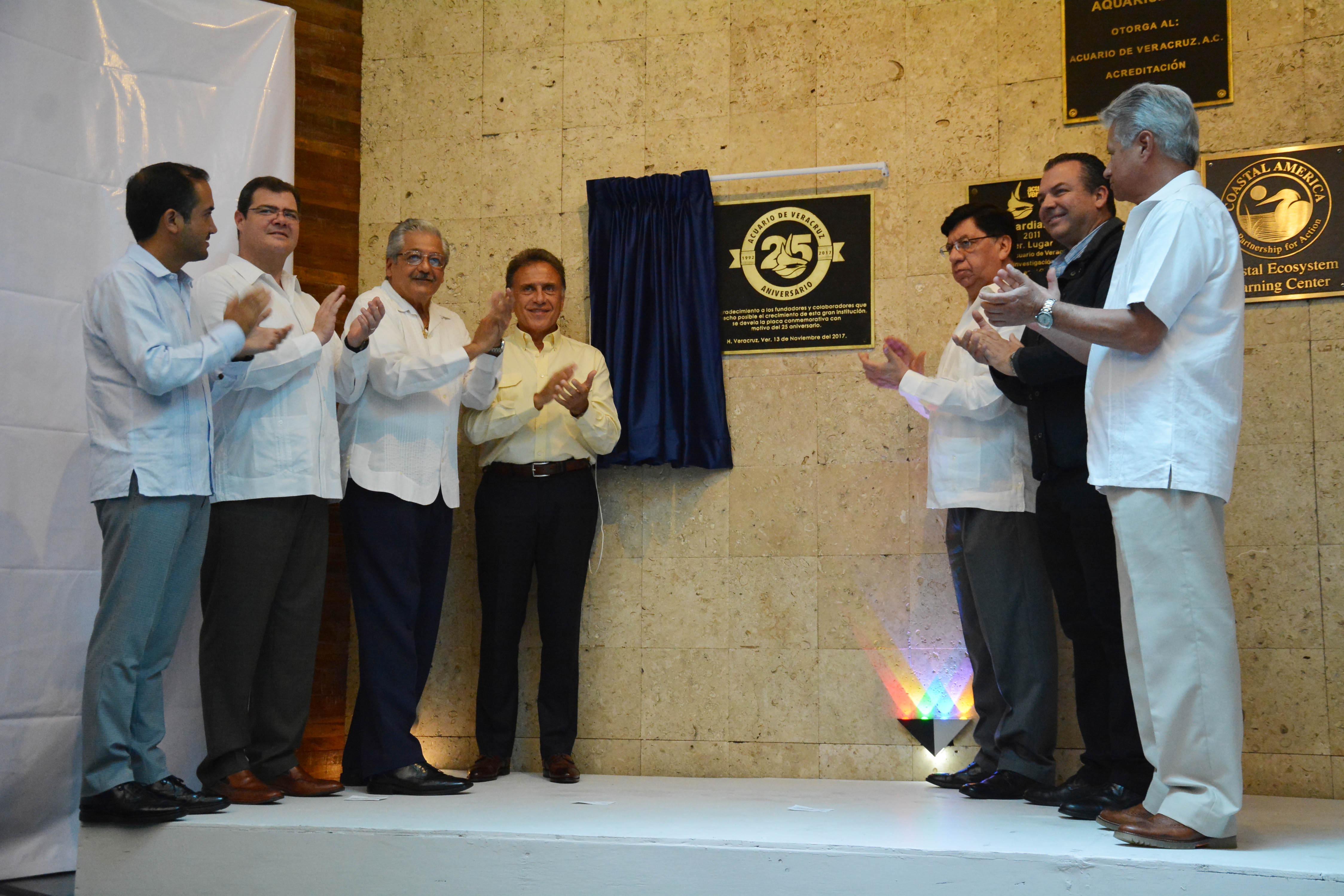 Ramón Poo asiste a ceremonia del 25 aniversario del Acuario de Veracruz