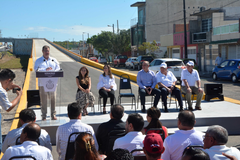 Ramón Poo inaugura el paso inferior vehicular en la zona norte del municipio