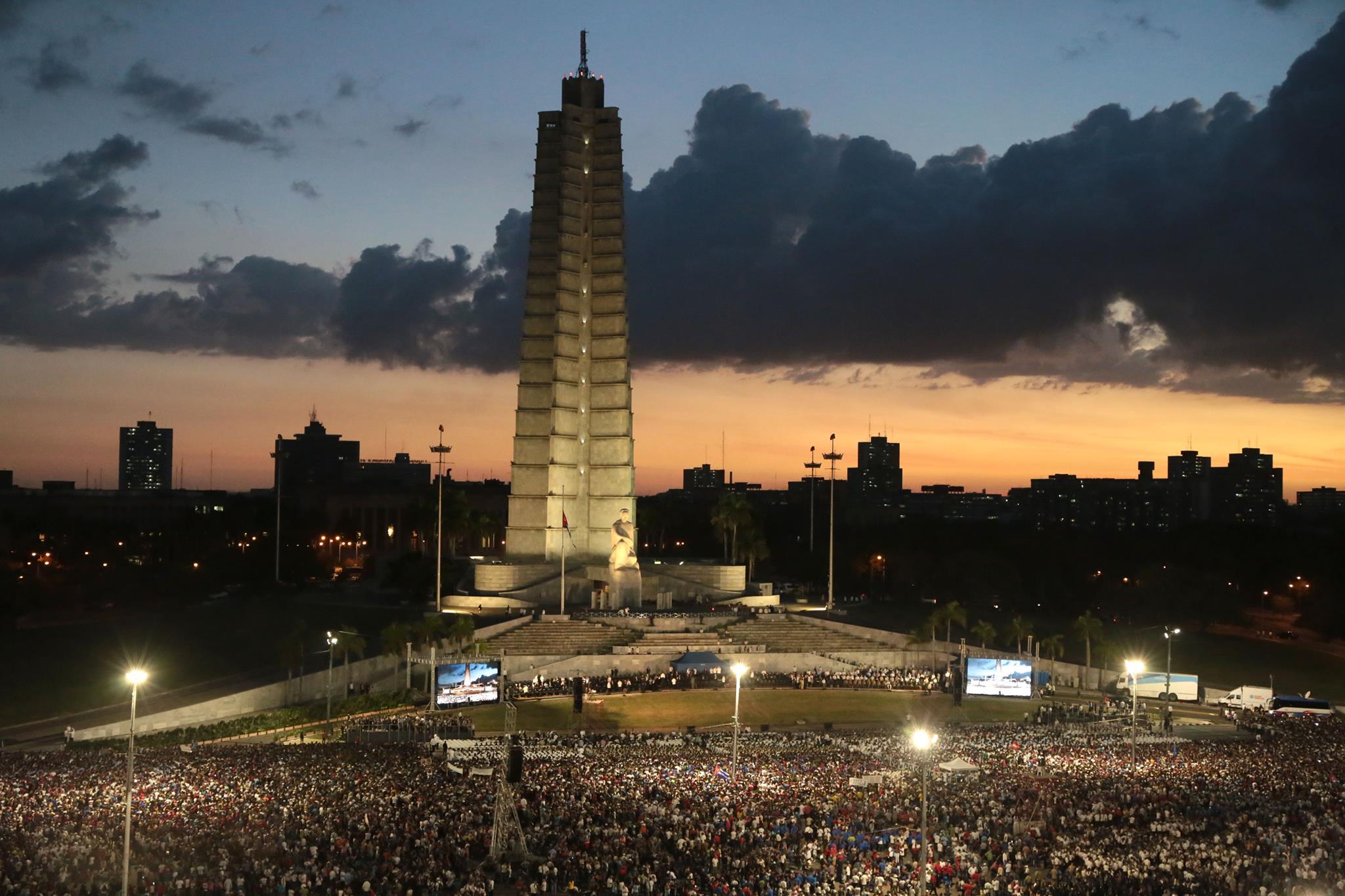 '¡Viva Fidel!', gritan miles al iniciar homenaje del máximo líder cubano