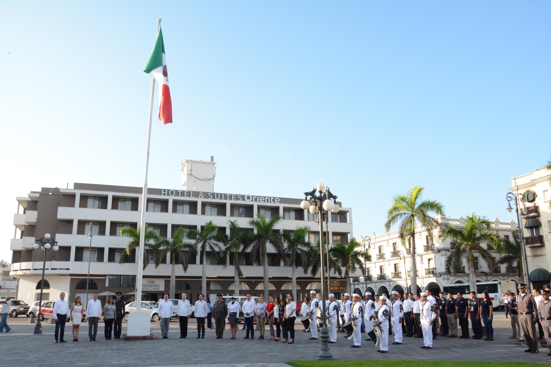 Ramón Poo encabeza Izado de Bandera por 207 aniversario de la Independencia de México