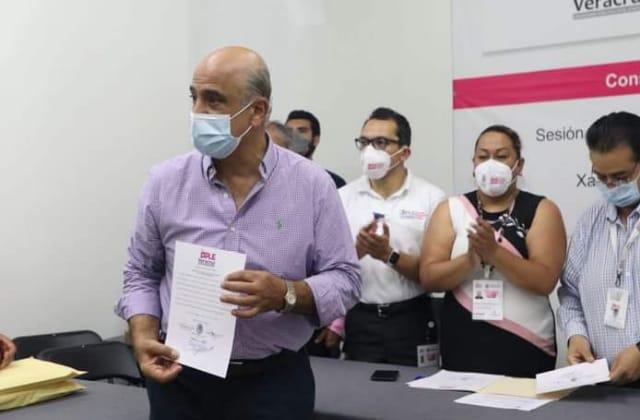 Es oficial, Ahued recibe constancia como alcalde de Xalapa