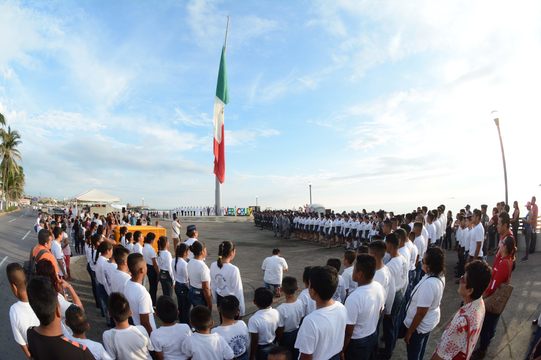 Realiza gobierno municipal de Veracruz desfile cívico militar