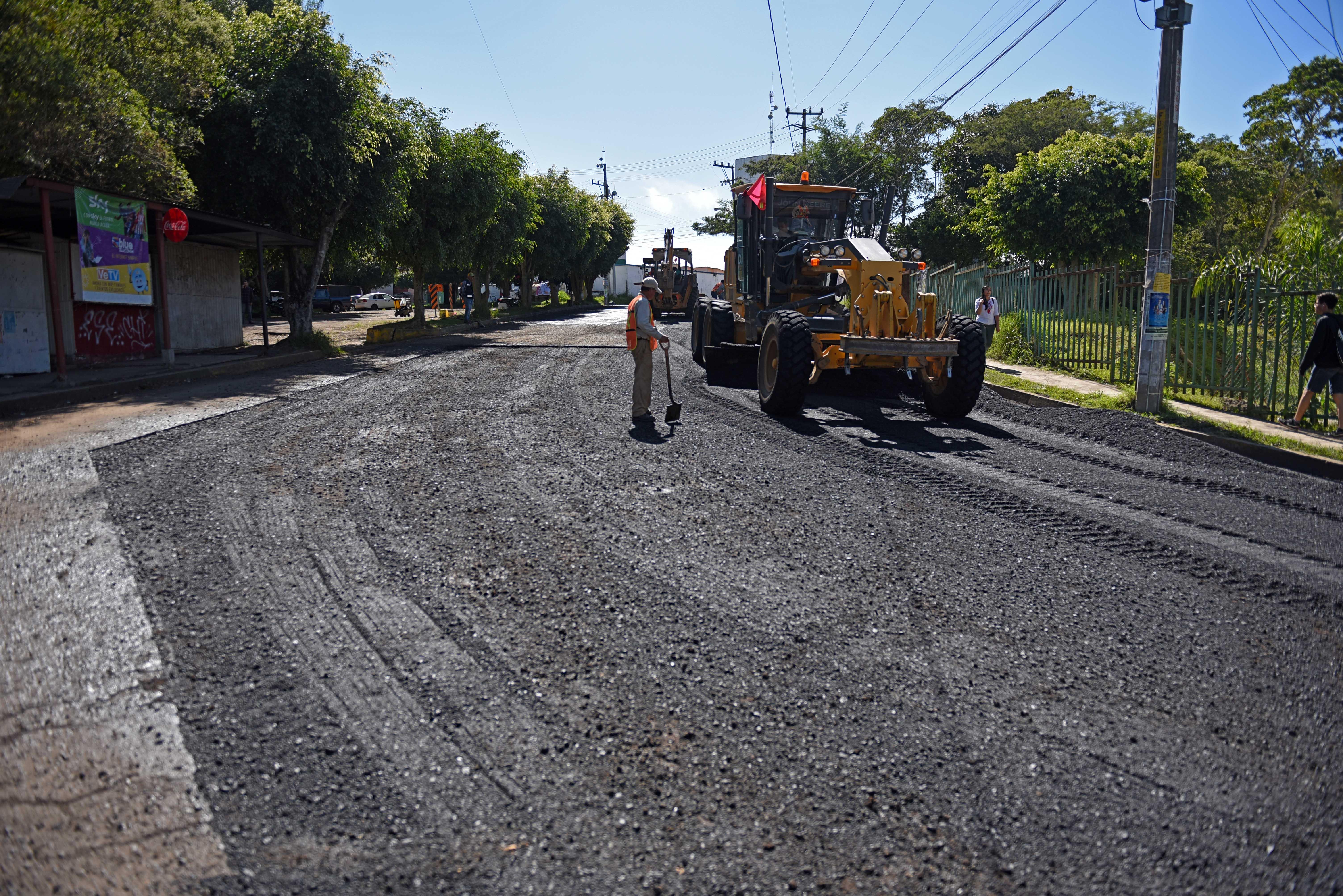 Continúa trabajo de bacheo y reparación de calles con concreto, en Xalapa