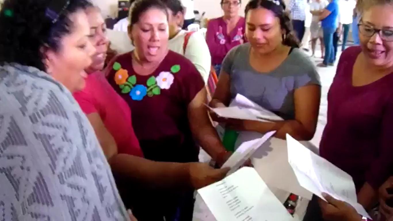 """""""La deudora eres tú"""": empleadas del ayuntamiento exhiben a alcaldesa de Jamapa"""
