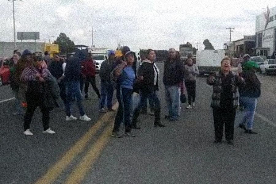 Peroteños bloquean carretera, exigen aprehensión de secuestrador