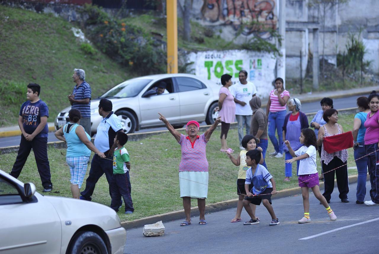 Circuito Presidentes Xalapa : Colonos bloquean circuito presidentes por falta de agua