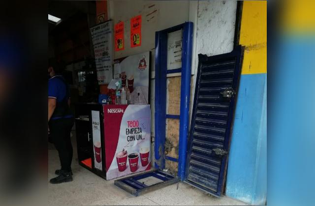 Roban cajero en tienda comercial de Mina