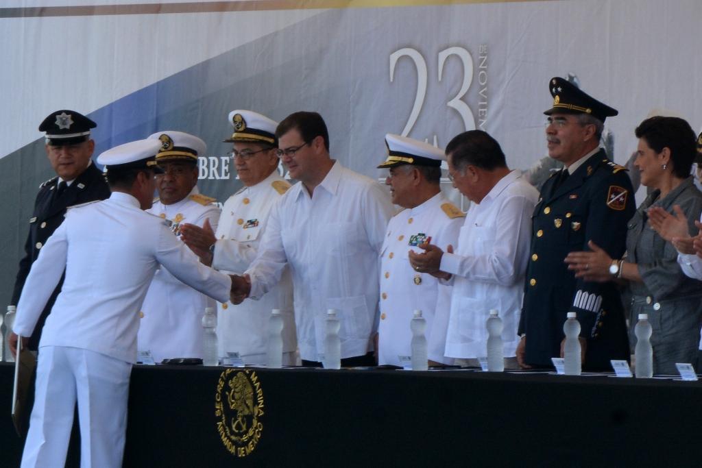 Encabeza Silvano Aureloes ceremonia del Día de la Armada en Lázaro Cárdenas