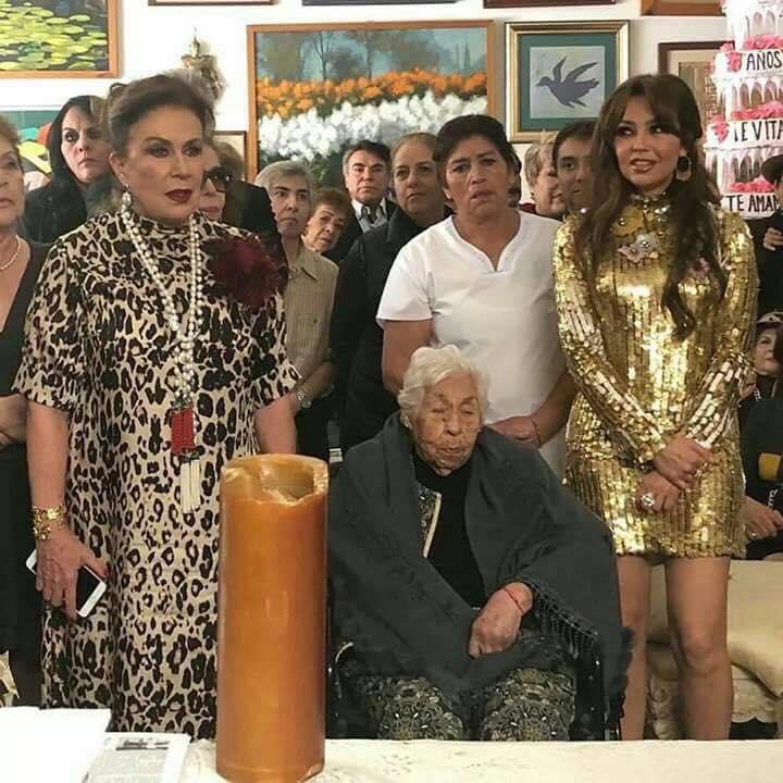 Thalía celebró el cumpleaños de su abuela y tuvo reencuentro con Laura Zapata
