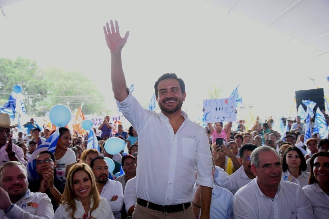 Candidato a gobernador de Veracruz interrumpe su discurso al quedar afónico