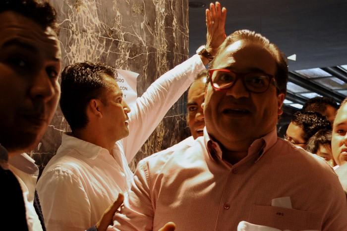 Seguridad de Javier Duarte agrede a fotografo de AVCNoticias