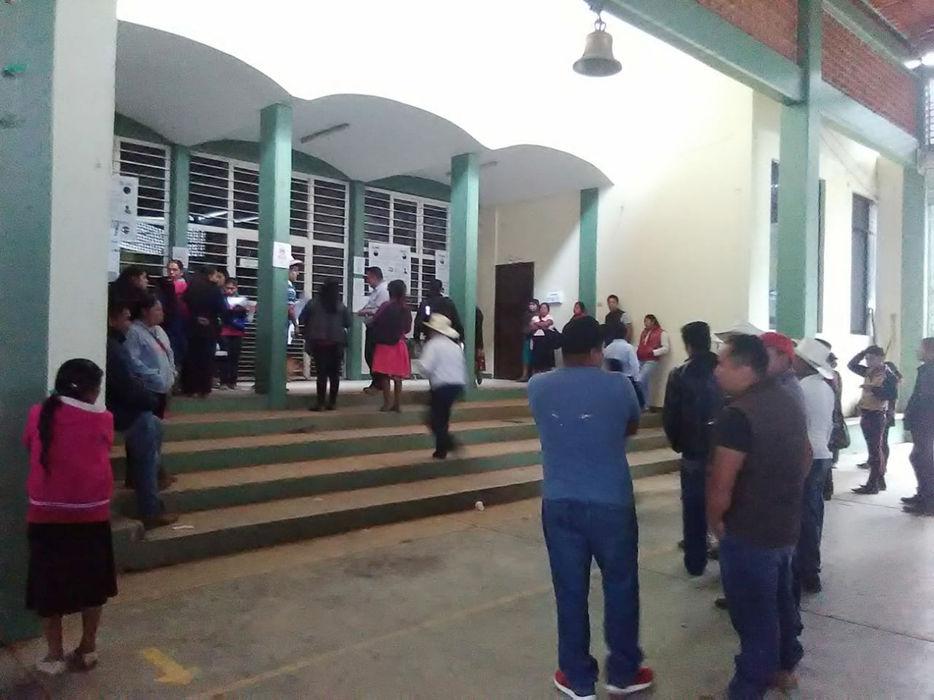 Pobladores impiden acceso de Concejo Municipal en Mixtla