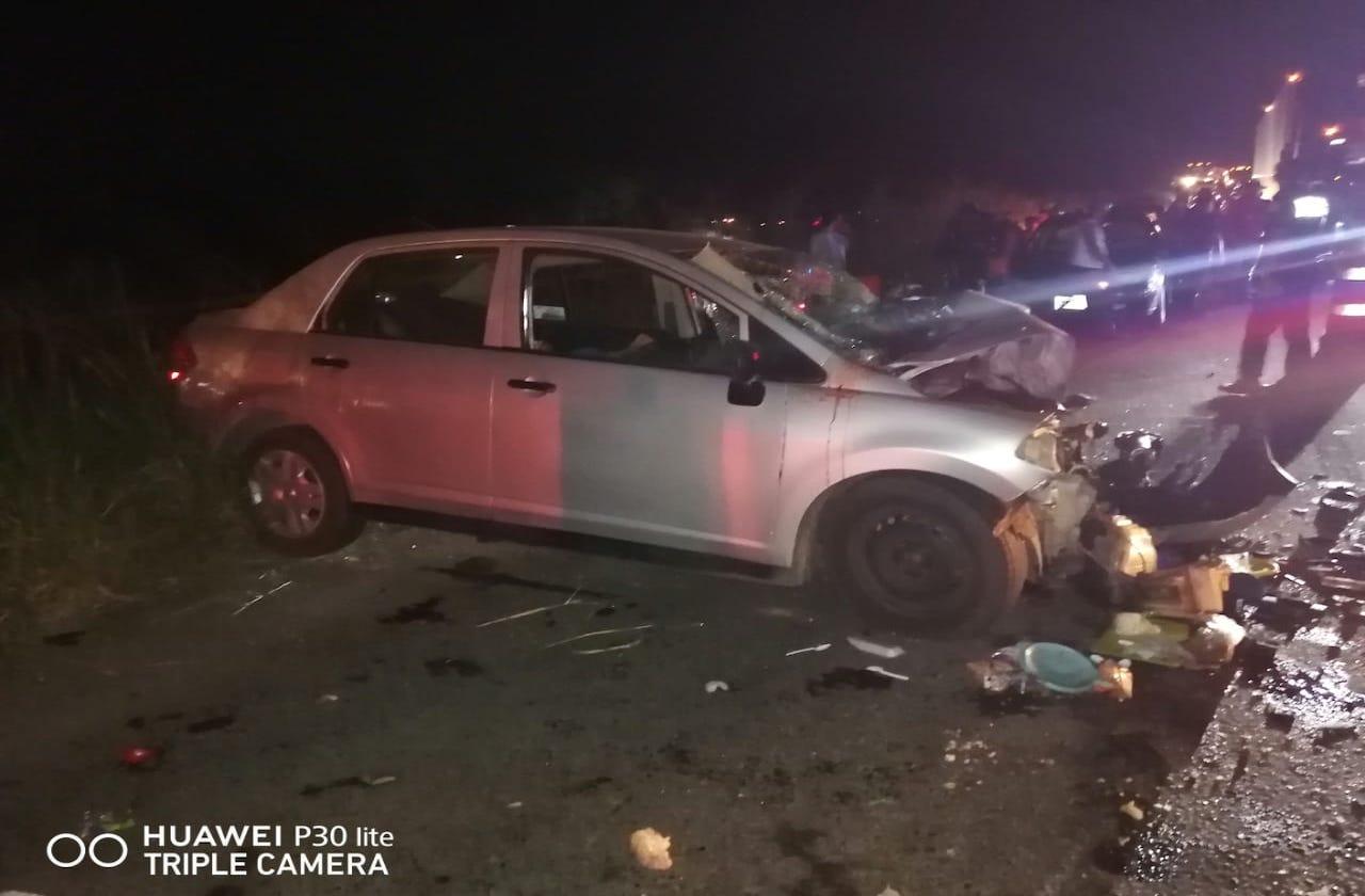 3 muertos tras choque entre auto y tráiler, en Acayucan