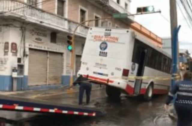 Camión cae en socavón del centro de Veracruz
