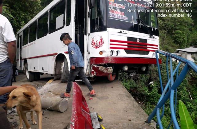 Por falla mecánica, autobús casi cae de barranca en Rafael Delgado