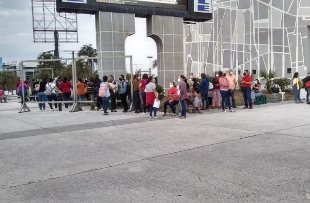Madrugados, docentes reciben vacunas anticovid en el Puerto