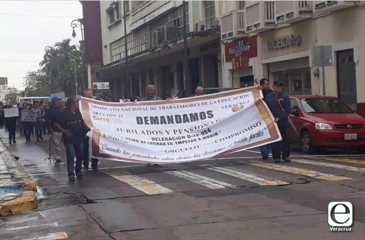 Docentes pensionados marchan en Veracruz, exigen pagos y prestaciones