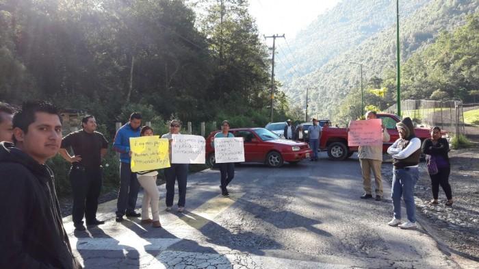 Padres de familia bloquean carretera Zongolica-Orizaba