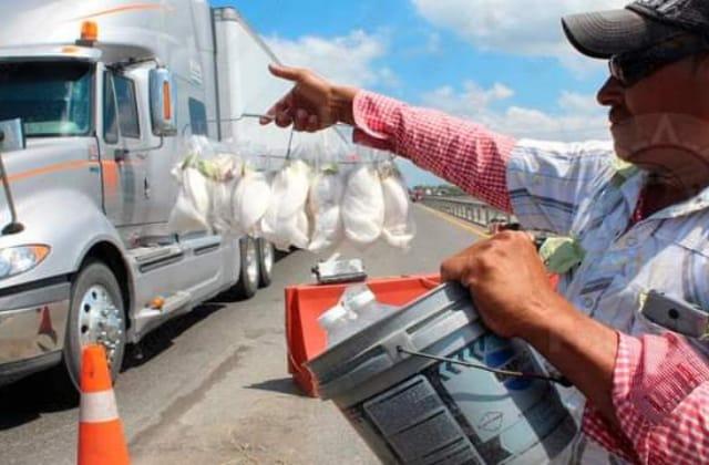 Desempleados, buscan sustento vendiendo en la frontera Tabasco-Veracruz