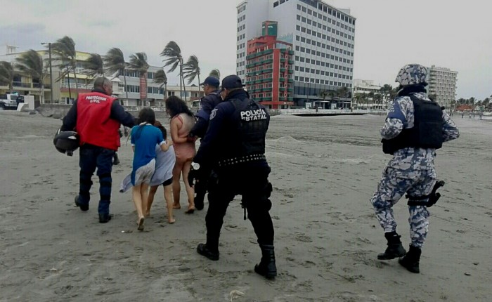 Rescatan a madre y sus dos hijos en playas de Veracruz puerto