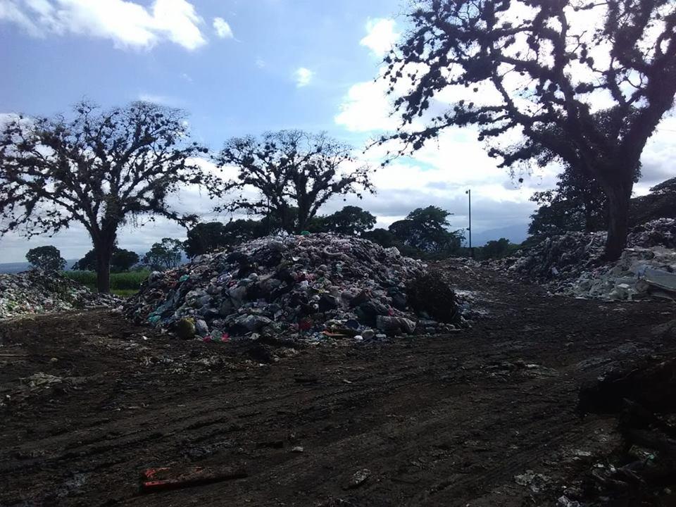 Ciudadanos evidencian basurero a cielo abierto en Coatepec