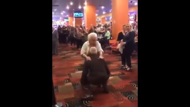 Abuelitos se lucen bailando perreo intenso