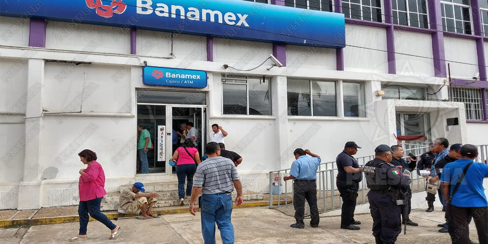 Asaltan banco en Agua Dulce, clientes sufren crisis nerviosa