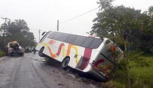 Un muerto y alrededor de 20 lesionados tras choque entre AU y camioneta