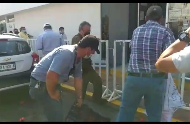 A 'tomatazos' se manifiestan contra Grupo MAS, en Veracruz