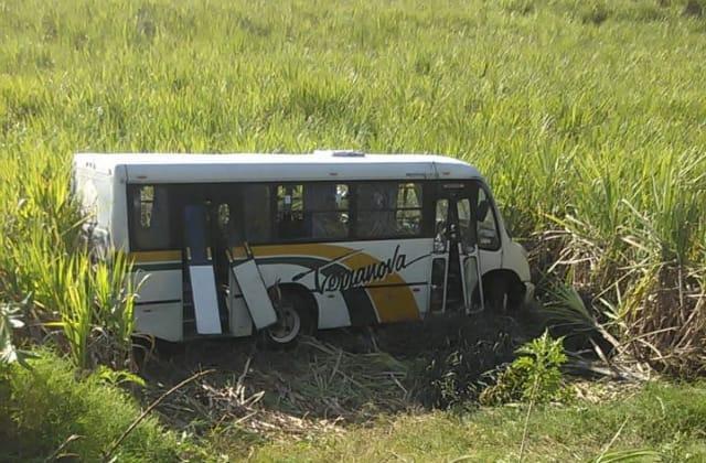 Hay 10 heridos por volcadura de autobús en Tomatlán