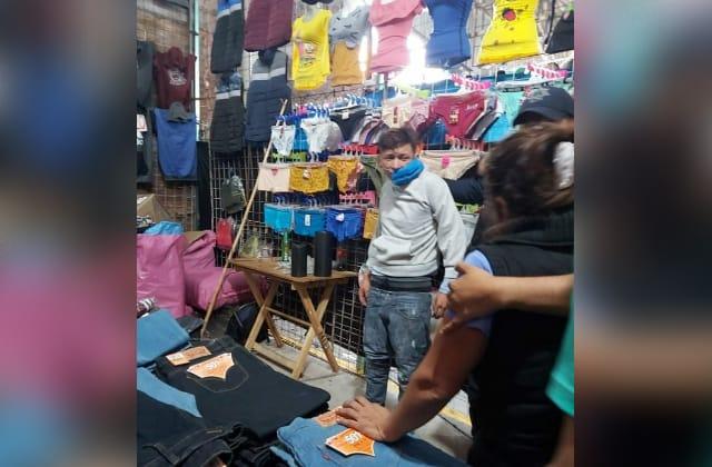 Detienen a joven robando 'cacheteros' en tianguis de Fortín
