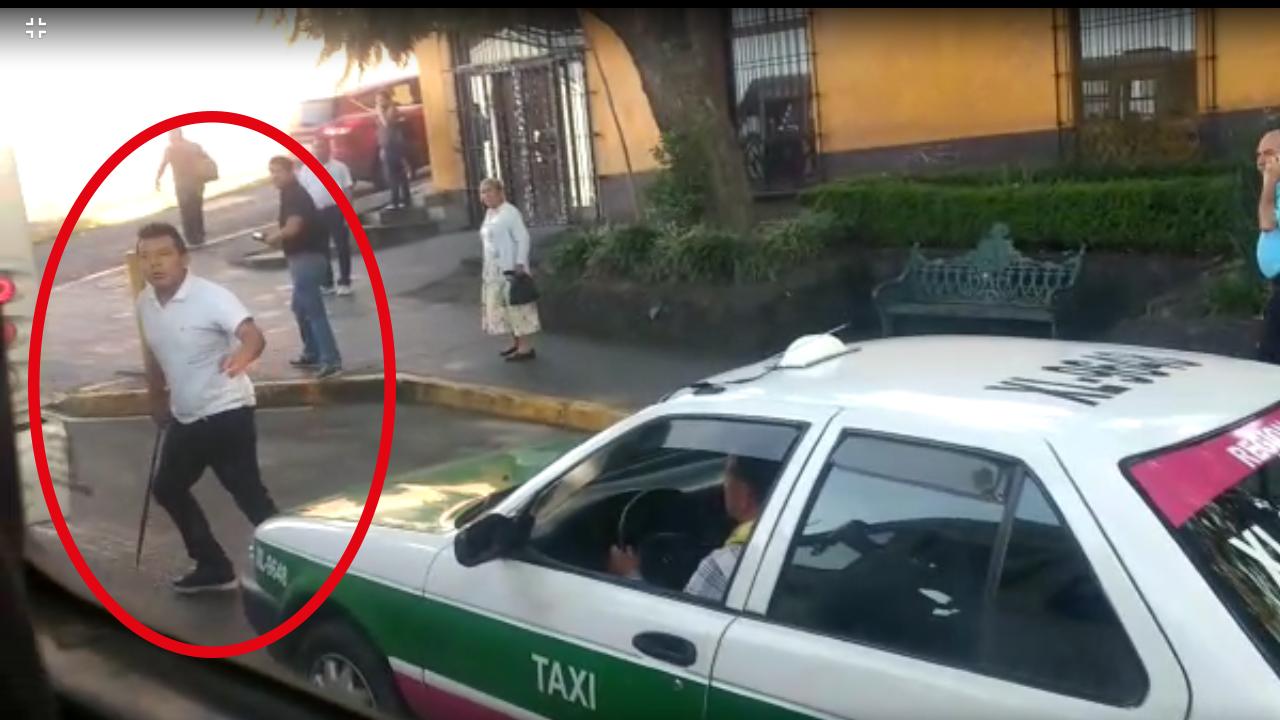 """Video: Choferes que jugaban """"carreritas"""" discuten con machete en Xalapa"""