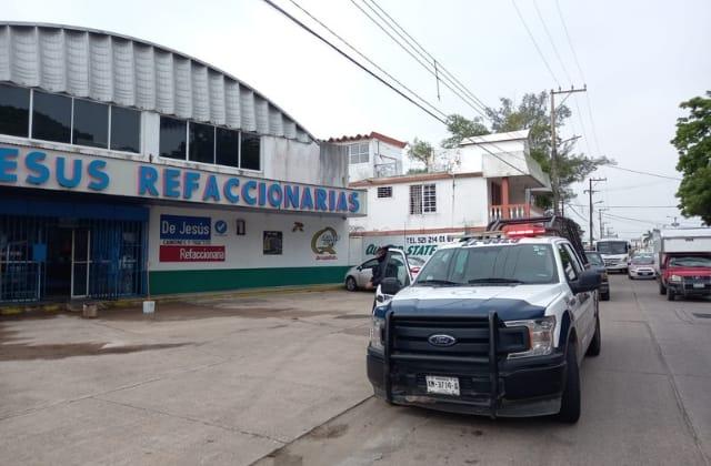 Con bombas molotov, atacan refaccionaria en Coatzacoalcos