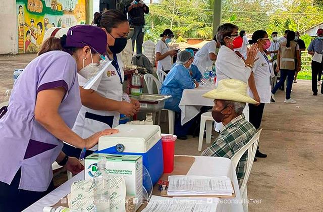 600 adultos mayores de Oteapan recibieron la vacuna contra covid