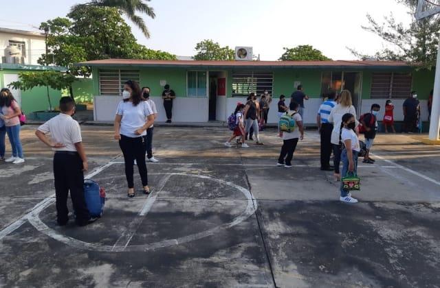 Entre protestas y carencias inician clases presenciales en el Puerto
