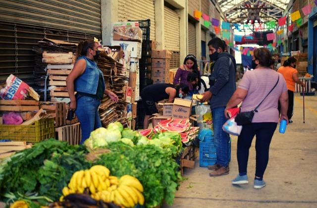 Proyecto de trueque 'la rompe' en Xalapa; limpian mercado por comida
