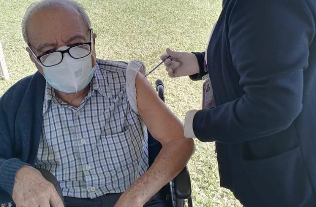 Vacuna 'exprés'; en una hora adultos mayores reciben su dosis