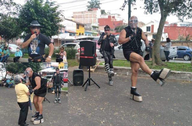 Los Caracoles animan fila para recibir vacuna covid, en Xalapa